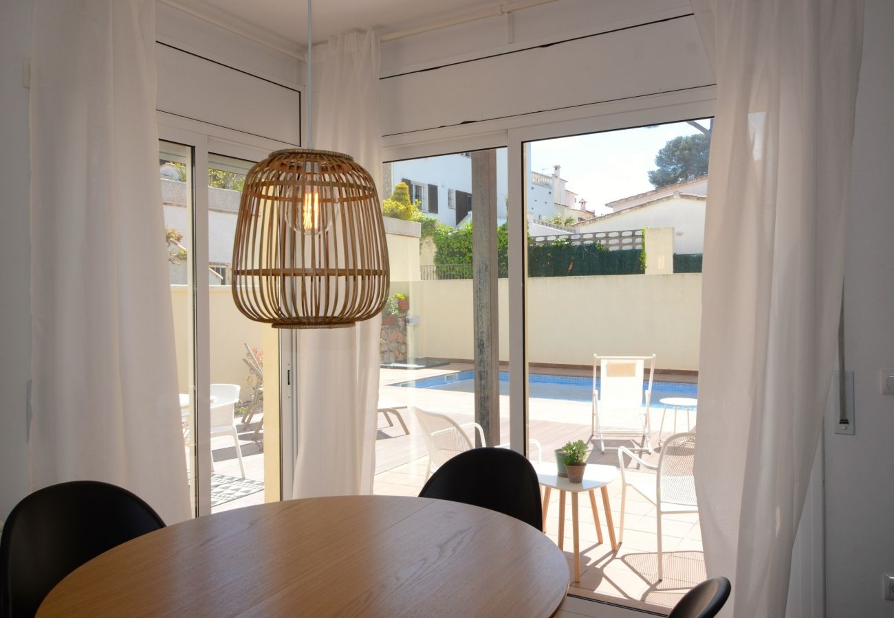 Casa con piscina privada en l 39 escala reserva online tus for Vacaciones en villas con piscina
